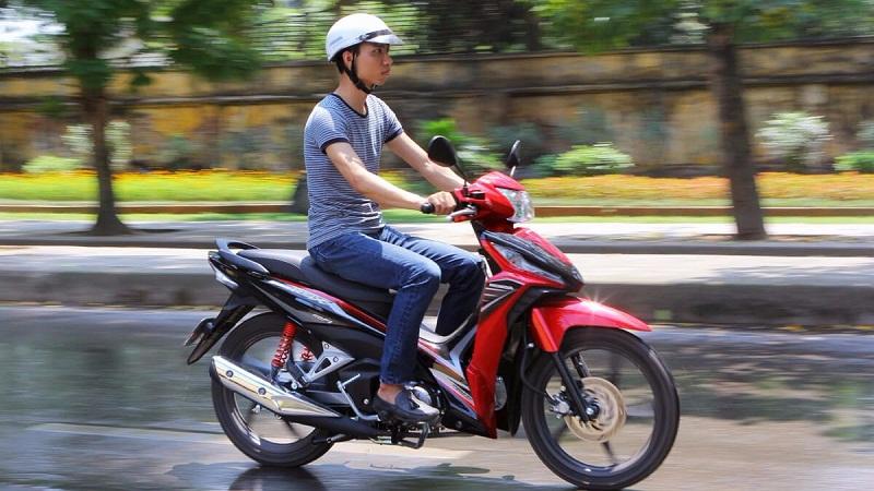 7 thói quen đi xe máy tốn xăng như uống nước