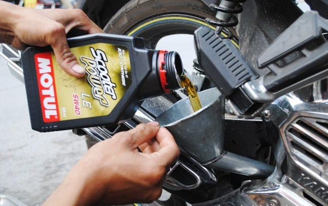 Cứ 1.500km bạn nên thay dầu xe máy một lần